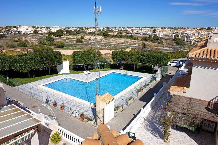Le solarium avec une vue imprenable sur la piscine