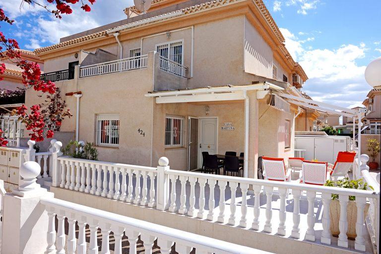 Une grande terrasse entoure la villa