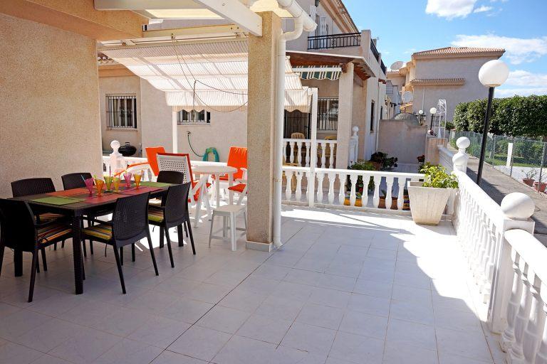 La terrasse est très spacieuse et offre des coins d'ombre agréables